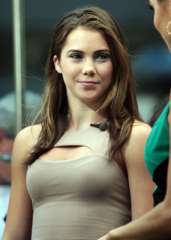 mckayla-maroney-appear-on-extra-01