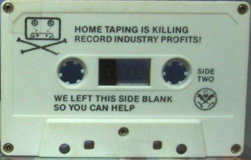 Cette semaine la chronique va parler de conduire avec Hitler, d'enregistrement sur cassette et de gyrophare géant.