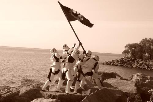 Suite de notre dossier sur Star Wars et les mèmes consacré aux plus joyeux drilles de l'univers de Star Wars, j'ai nommé, les stormtroopers.